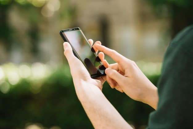 Smartphone manejado por mujer usando datos de la tarifa